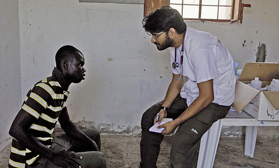 Dr. Mohamad Dalwai provides a medical consultation to one of the 800-1000 migrants and refugees who are living amongst boats on an abandoned military base on the outskirts of Tripoli. Many have been there for the duration of the conflict, been robbed of all identity papers, money and live in constant fear, without access to healthcare or security. MSF has provided medical consultations and assistance to the community, and are calling for their protection.